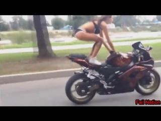 Красивая девушка делает трюки на спортивном мотоцикле!