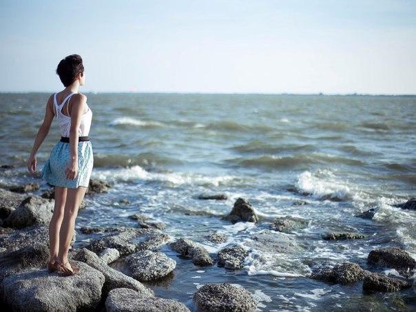Закохана дівчина на березі біля моря