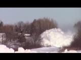 Поезд мчится сквозь снежные сугробы