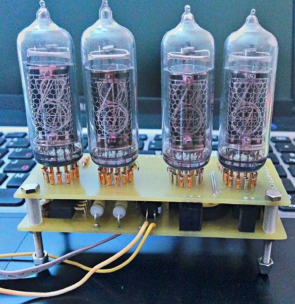 В корпус вмонтировано два ионных прибора на 10 цифр типа nixie tube (пандикон).