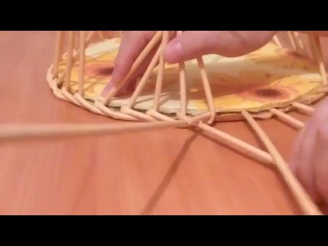 Газеттен жасалған қобдишаның астыңғы бөлігін өру. плетение из газетных трубоче ...