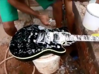 Помыл электрогитару с мылом