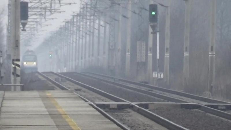 Mijejici se vlaky na trati Praha hlavni nadrazi - Pardubice hlavni nadrazi.