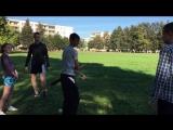 Клуша играет с мячом
