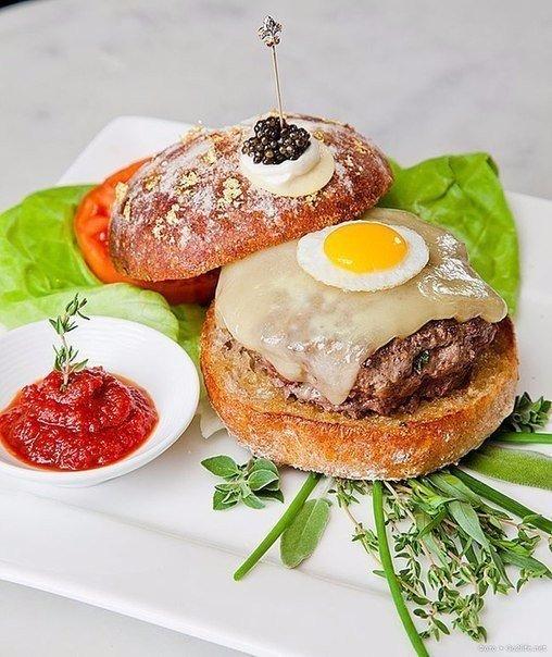 Самый дорогой в мире гамбургер Гамбургер под названием Le Burger Extravagant сто...
