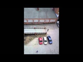 Качок во дворе тягает штангу и матерится