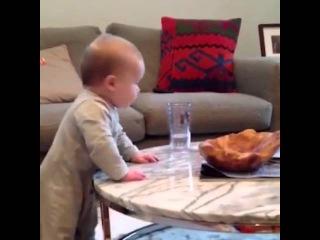 Малыш хочет взять стакан - The kid wants to take a glass