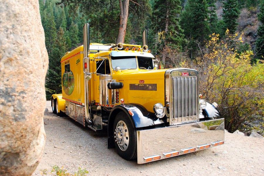 красивый грузовик и горы