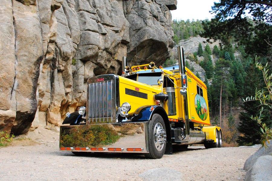 желтый грузовик в горах