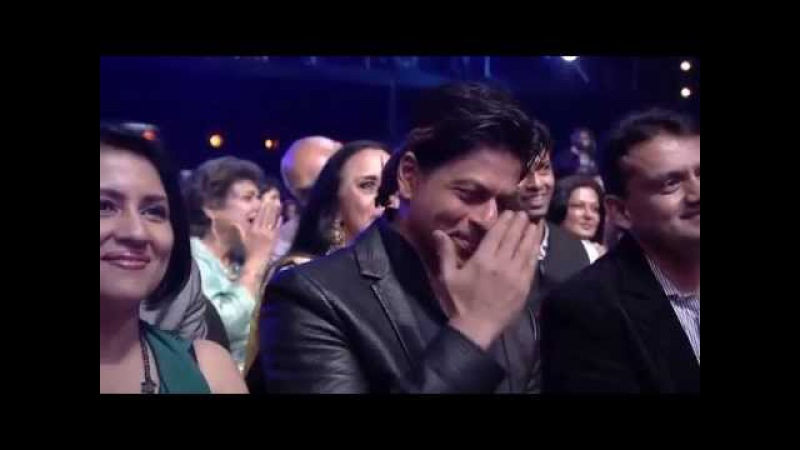 Arijit Singh gets Shahrukh Khan down on his knees at the 6th Royal Stag Mirchi Music Awards
