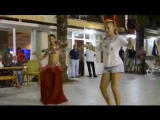 Русская девочка показала как надо танцевать восточные танцы.