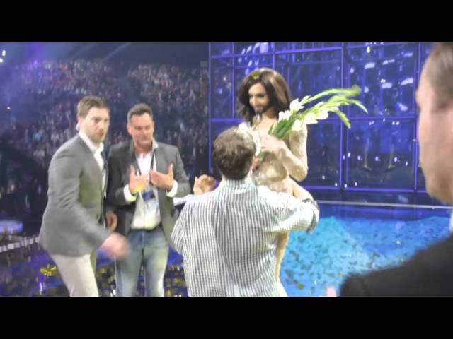 Poliitaktivist Meelis Kaldalu smugeldas end Eurovisioni-lavale ja korraldas võiduhetkel stseeni