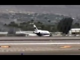В США частный самолет при посадке без шасси прочертил «брюхом» по ВПП