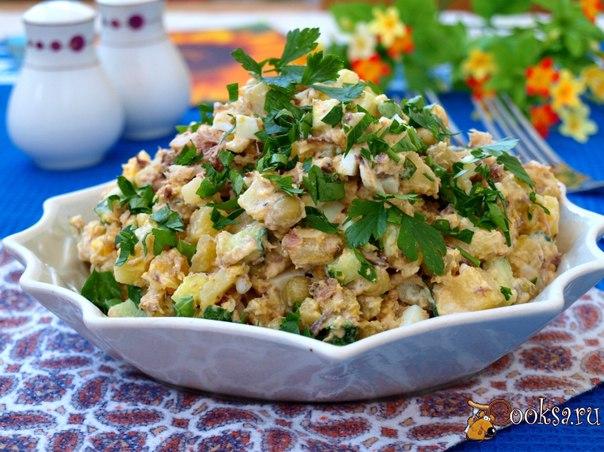 Салат с сардинами, яйцом и зелёным горошком #салат #кулинария #сардины #ужин #вкусно #рецепты Предлагаю вам приготовить простой и вкусный салат с сардинами, яйцом и зелёным горошком. Также в этот салат добавляется картофель, благодаря которому салат вполне можно подать как самостоятельное блюдо на завтрак или ужин.