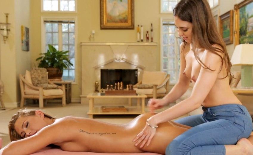 Красавица делает массаж подруге