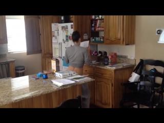 Так вот чем женщины занимаются на кухне