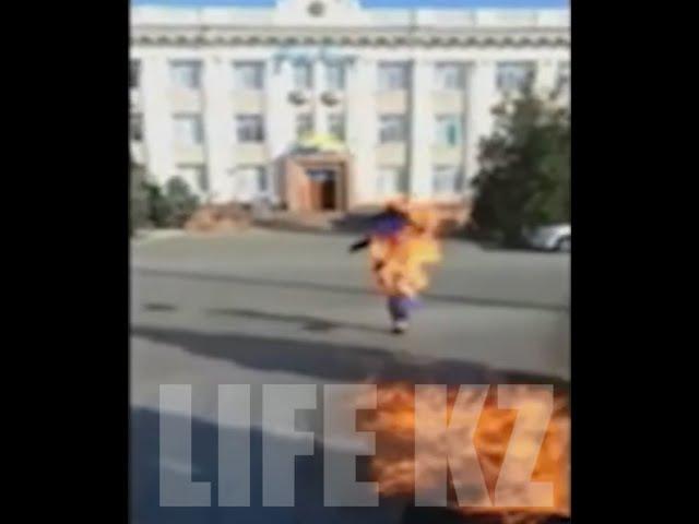 В Таразе парень поджёг себя возле Нур Отана