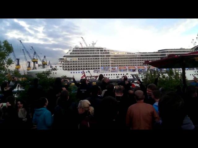 Гигантский корабль гудит мелодию Люди в шоке!