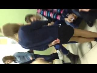 Задрал юбку однокласснице в классе фото 280-450
