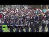 Венгрия: ОМОН использовал слезоточивый газ в качестве беженцев пытаются вырваться из лагеря содержания под стражей.