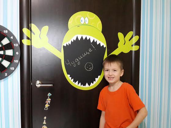 фото наклейка на дверь доска для мела