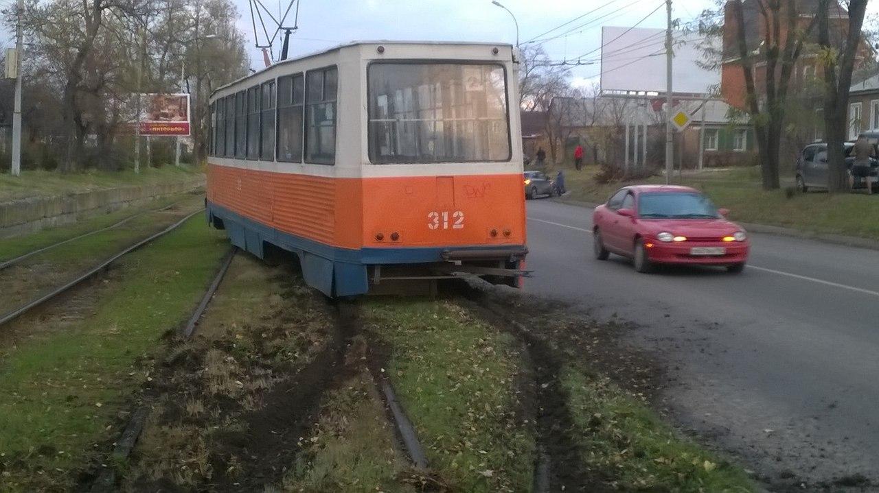 В Таганроге на улице Дзержинского в районе школы №21 «двойка» сошла с рельсов