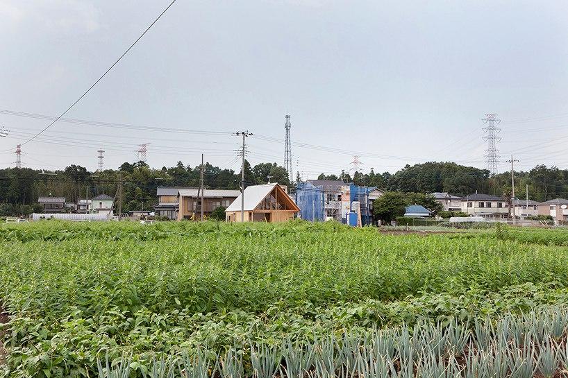 Деревянный дом с остроконечной крышей в Японии