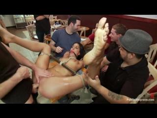 В кабаке сельские мужики терзают и трахают связанную голую девку.