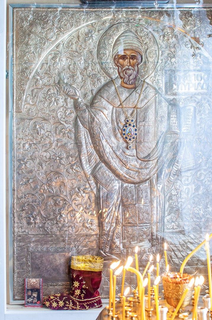 Главная храмовая икона святителя Спиридона с его бархатным сапожком. Постоянно пребывает в храме Спиридона Тримифунтского в г. Ломоносов.