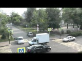 29 июля 2015 года в Краснодаре, на перекрестке ул. Северная - ул. Энгельса, столкнулись три автомобиля. происшествие зафиксировал камера системы наружного видеонаблюдения.