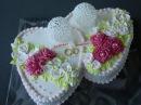 свадебный торт2 сердца , украшен кремом.Розы и хризантемы из крема