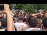 Захарченко на костылях успокаивает митинг  за прекращение войны на Донбассе