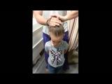 Папа делает доченьке прическу
