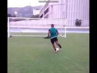 Как нужно бить пенальти в футболе. Прикол!