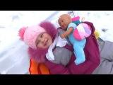 Алиса катается на ватрушке с куклами Alice rides on the tubing with dolls