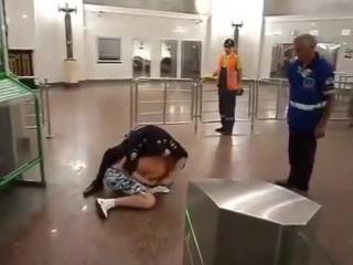 драка Мента с Быком в метро прикол 2013