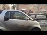 Девушка вяжет за рулем автомобиля