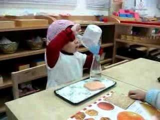 Двухлетняя девочка занимается переливанием (2008)