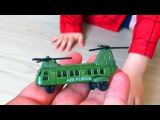 Распаковка Игрушек - Мальчик Человек Паук Играет с Игрушками Военная Техника