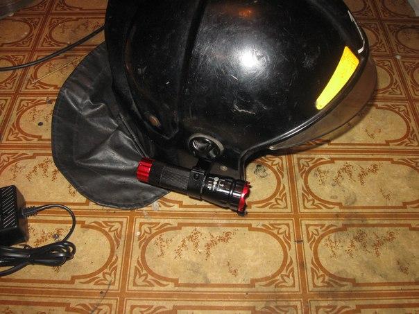Крепление фонаря на каску пожарного