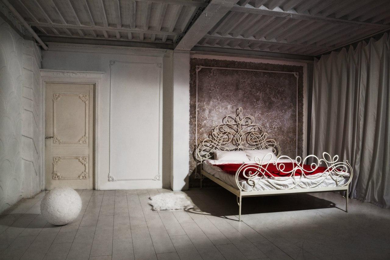Горячая Алиса приглашая в кровать