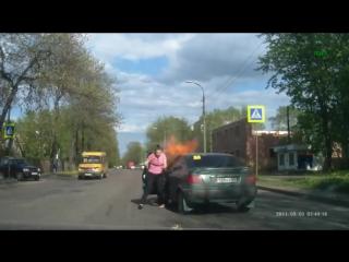 Автомобиль вспыхнул,когда автоледи закурила за рулём.
