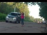 Неадекватное животное на дороге