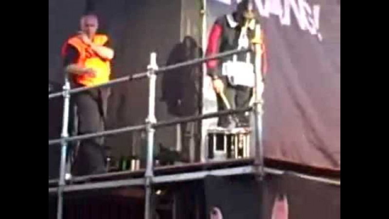 Крис Фен кинул барабан в толпу))