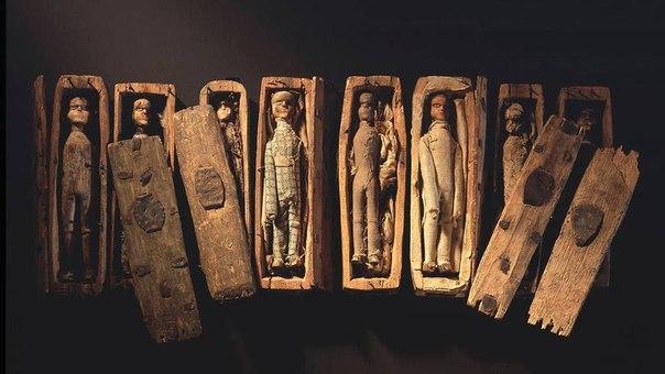 загадочные миниатюрные гробики из шотландии в шотландии, в эдинбурге, есть местечко на северо-востоке, называемое arthur's seat «трон артура». называется оно так из-за того, что именно там, по