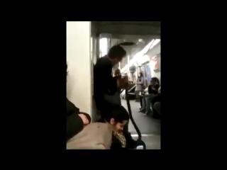 Псих гитарист играет на гитаре в метро