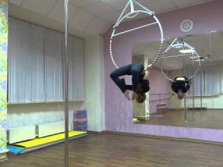 Занятия на воздушном кольце в студии танцев