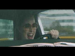 Дама в очках с ружьем и в автомобиле