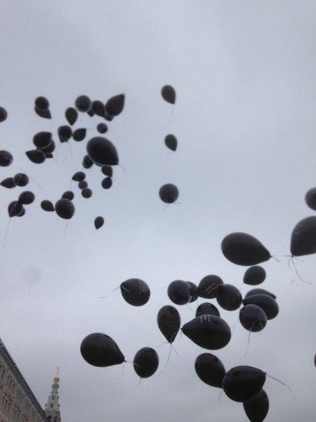 Шары с именем Сергея Магнитского в небе над Кремлем