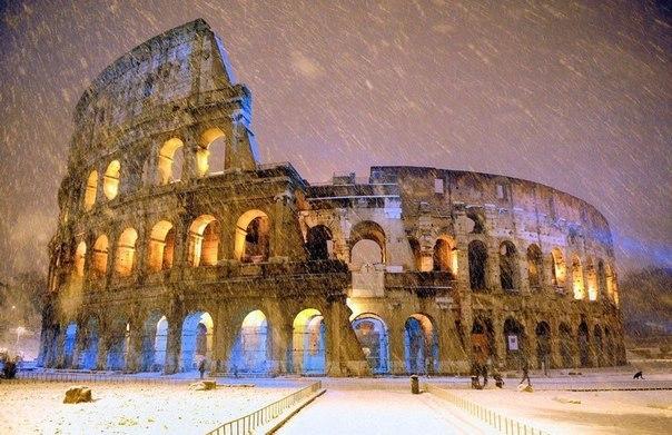 Снегопад над Колизеем, Рим, Италия
